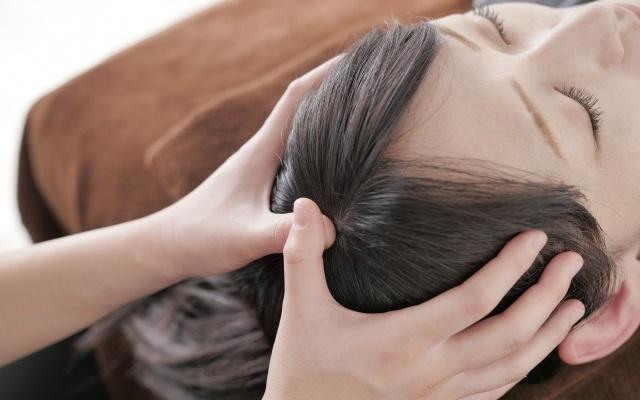 自分で頭皮マッサージって効果あるの?女性も気になるその方法!