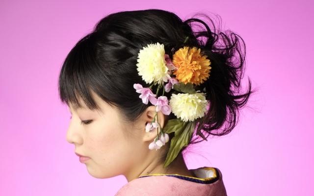 成人式に髪飾りで差をつけるなら生花が華やかでオススメです♪